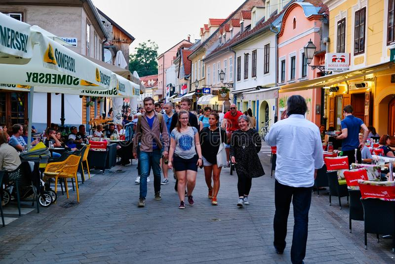 Aftonfolkmassor i Zagreb, Kroatien arkivbild