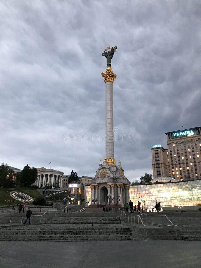 Aftonfoto av självständighetfyrkanten i Kiev royaltyfri foto