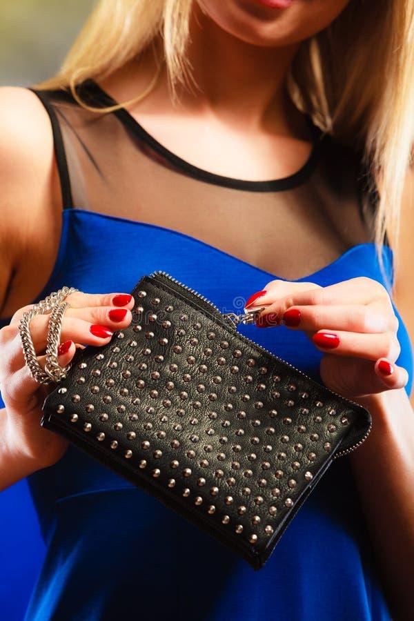 Aftonhandväska i kvinnahand royaltyfria bilder