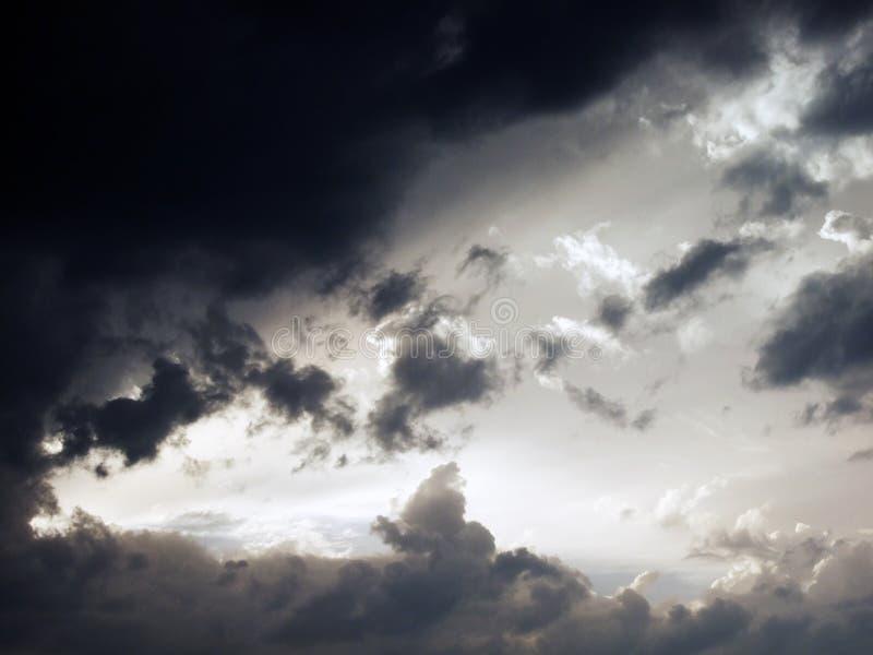 Aftonhimmel framåt av sommarstormen arkivbild