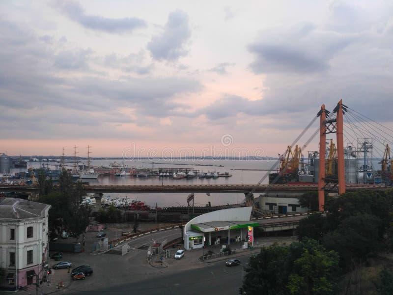 Aftonlandskap av hamnstaden royaltyfri bild