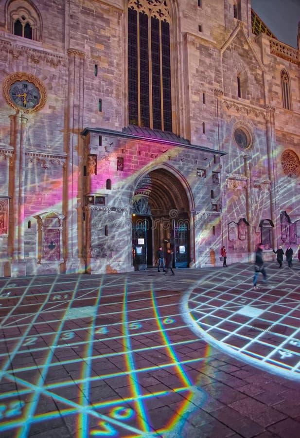 Aftonlaser-show på Stephansplatz St Stephen Cathedral Vienna royaltyfri foto