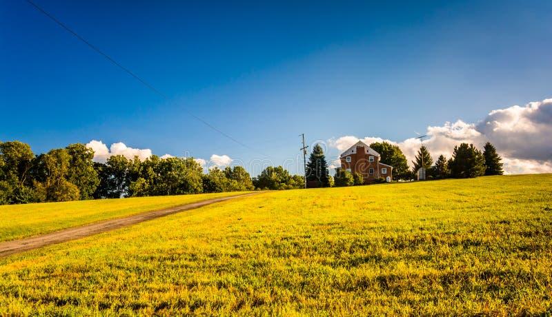 Aftonljus på ett hus i ett fält, York County, Pennsylvania arkivfoto