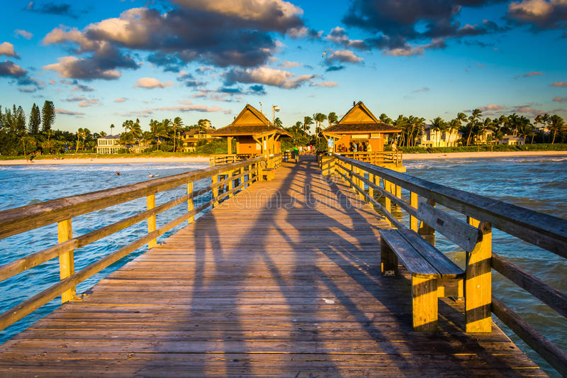 Aftonljus på fiskepir i Naples, Florida arkivbilder