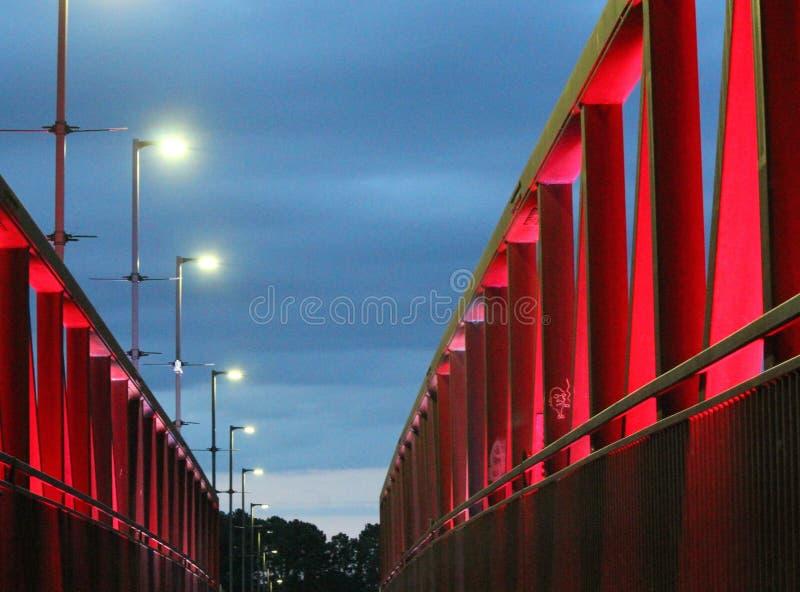 Aftonljus på två floder parkerar bron arkivfoto