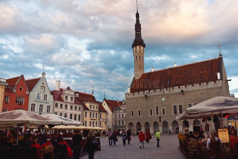 Aftonmässa på staden Hall Square i Tallinn, Estland royaltyfri foto