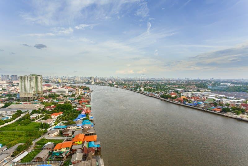 Aftonmetropolishimmel och flod i Bangkok fotografering för bildbyråer