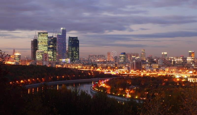 aftonmoscow för stad komplicerad panorama arkivbilder
