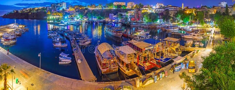 Aftonpanorama av den Kaleici hamnen, Antalya, Turkiet arkivbild