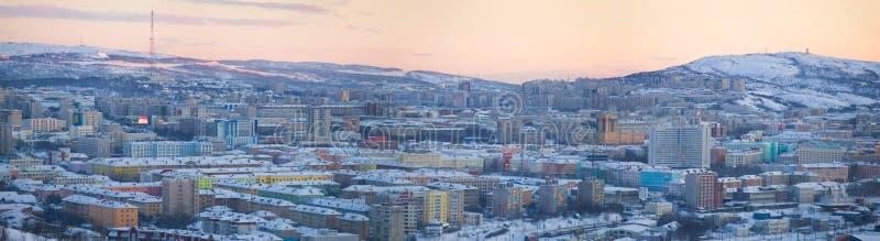 Aftonpanorama av den moderna staden för vinter murmansk arkivfoto