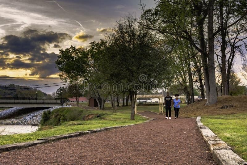 Aftonpromenad i Prattville, Alabama royaltyfri foto