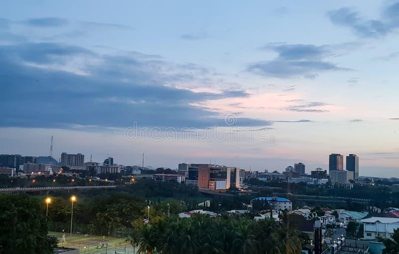 Aftonsikt av Abuja, Nigeria& x27; s-huvudstad; Härlig cityscape arkivbild