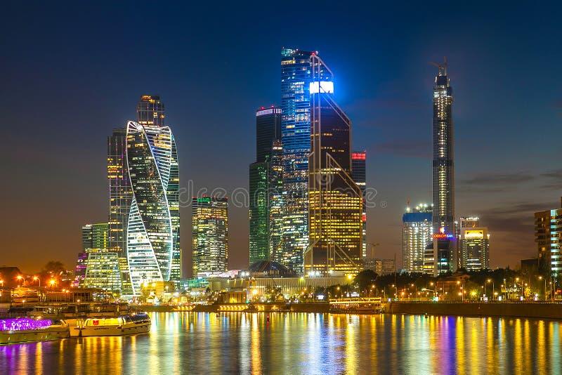 Aftonsikt av affärsmitten i Moskva royaltyfria bilder