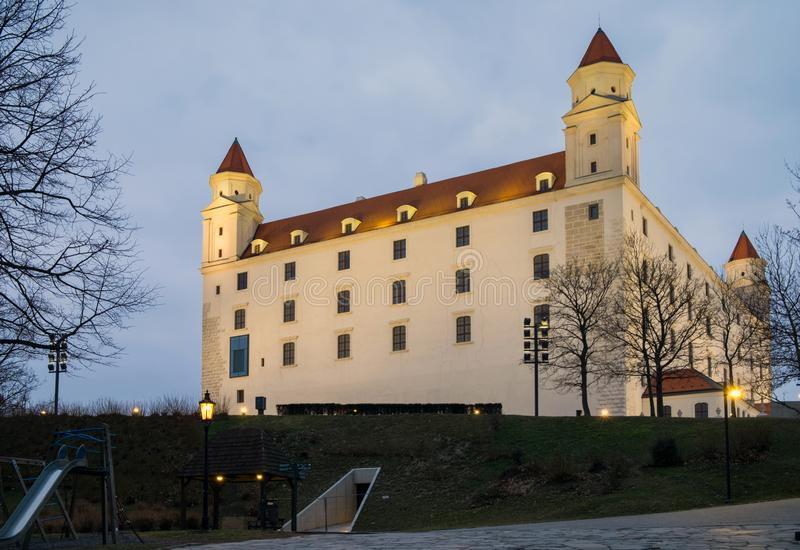 Aftonsikt av den Bratislava slotten arkivfoto