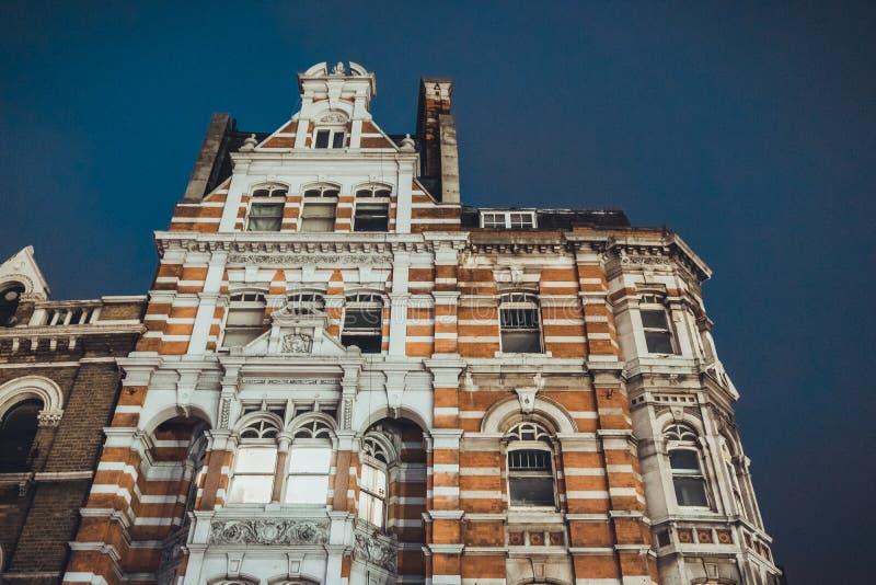 Aftonsikt av den gamla lägenheten fotografering för bildbyråer