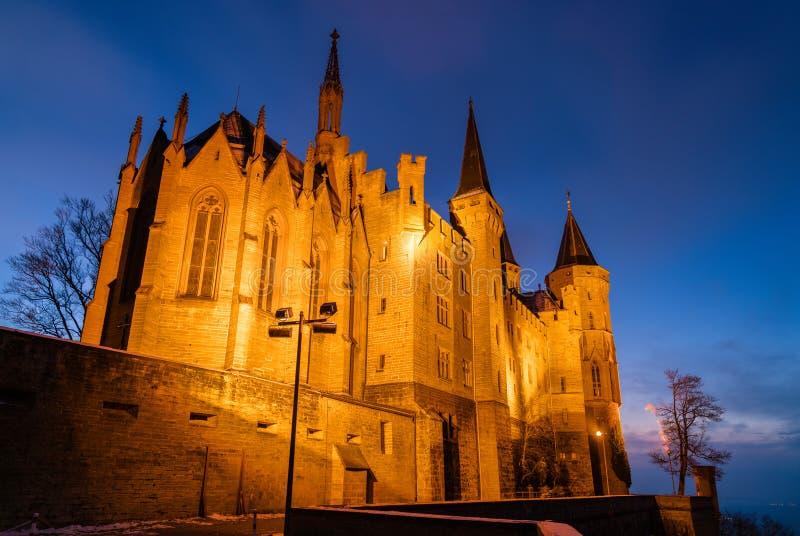Aftonsikt av den Hohenzollern slotten i Tyskland royaltyfri fotografi