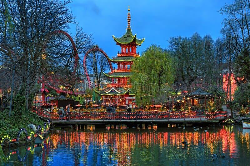 Aftonsikt av den kinesiska pagoden i Tivoli trädgårdar i Köpenhamn fotografering för bildbyråer