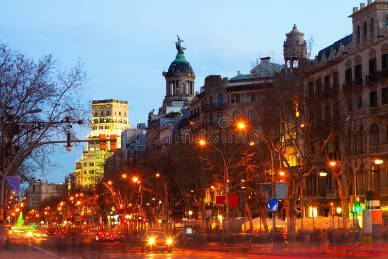 Aftonsikt av Passeig de Gracia i Barcelona arkivbilder