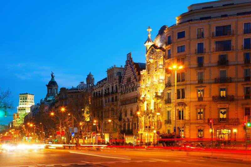Aftonsikt av Passeig de Gracia i Barcelona, Catalonia royaltyfria foton