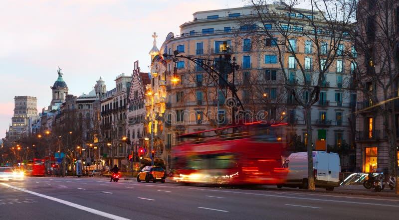 Aftonsikt av Passeig de Gracia i Barcelona, Spanien royaltyfri fotografi