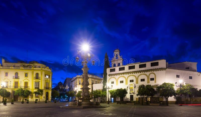 Aftonsikt av Plaza de la Virgen de los Reyes på Seville royaltyfri bild
