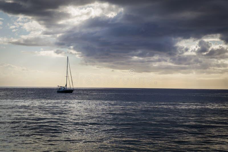 Aftonsikt av segelbåten från stranden av den Oahu ön royaltyfri bild