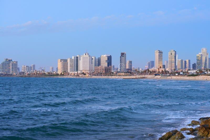 Aftonsikt av skyskraporna av Tel Aviv från medelhavet arkivbild