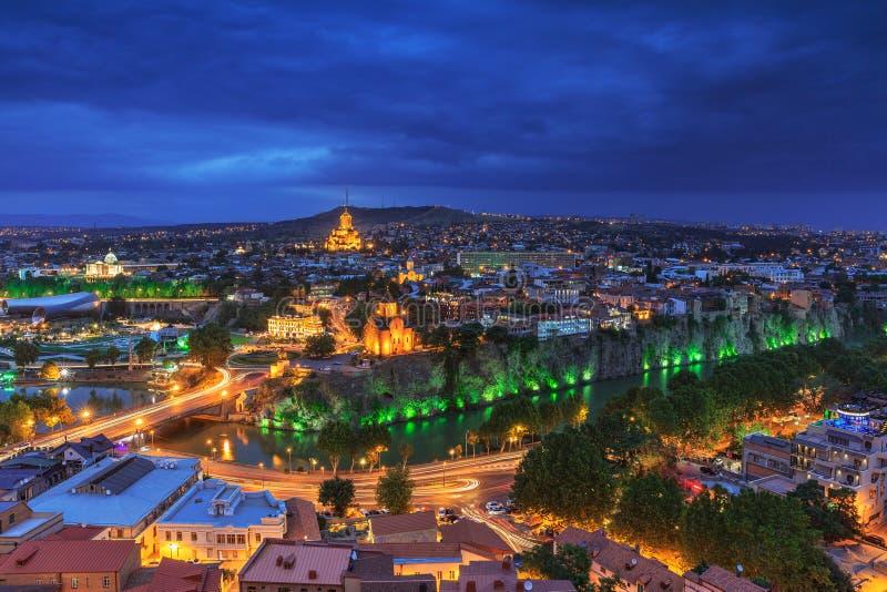 Aftonsikt av Tbilisi från den Narikala fästningen royaltyfria bilder