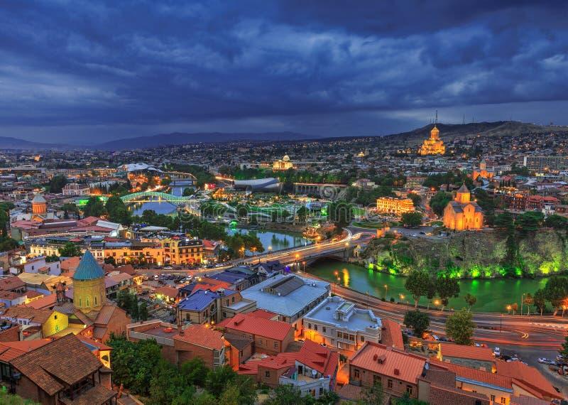 Aftonsikt av Tbilisi från den Narikala fästningen royaltyfri fotografi