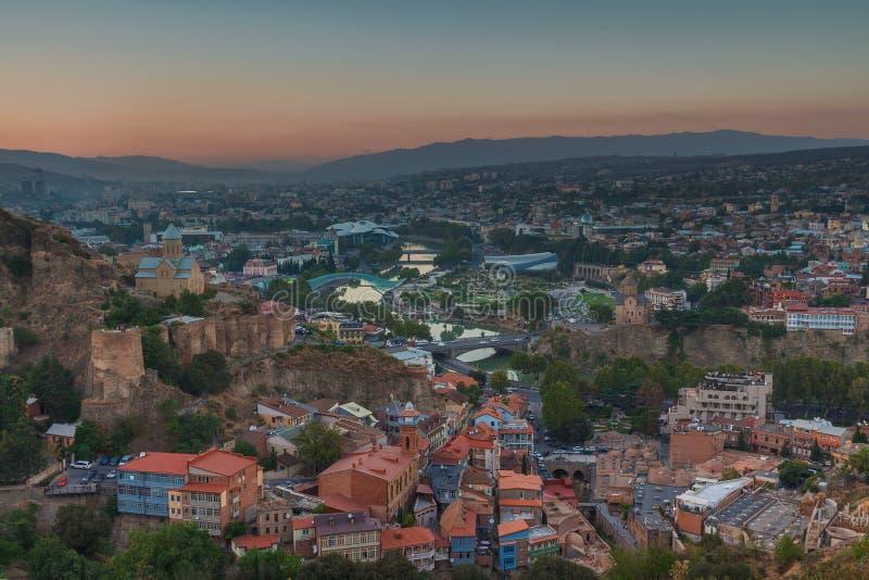 Aftonsikt av Tbilisi från den Narikala fästningen royaltyfri foto