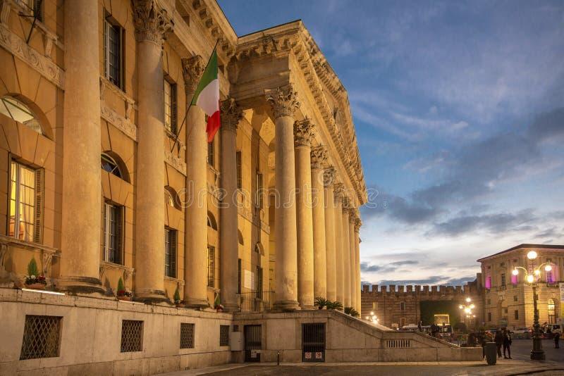 Aftonsikt av Verona Höst i Verona, Italien Piazzabehå SiktsVerona huvudsaklig fyrkant - piazzabehå Piazzabehå - den största fyrka arkivbilder