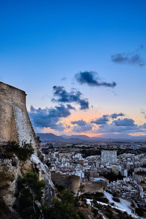 Aftonsikt från slotten av Santa Barbara till staden och solen som ner sitter i bergen Alicante spain fotografering för bildbyråer