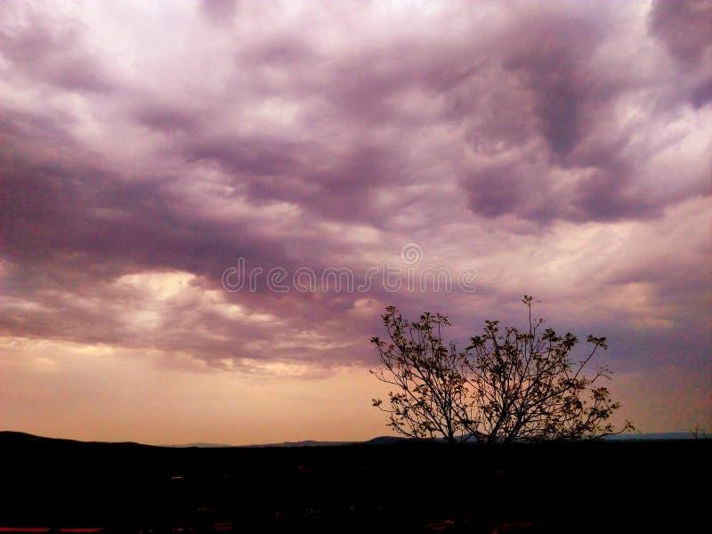 Aftonsikt med moln som kommer efter sommar arkivbild