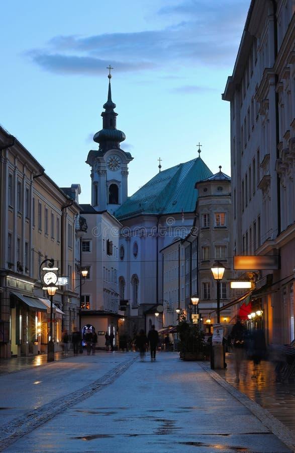 Aftonsikt på den fot- gatan av Salzburg arkivfoton