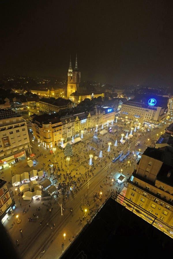 Aftonsikten av den förbudJelacic fyrkanten dekorerade med julljus i Zagreb arkivfoton