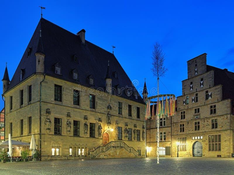 Aftonsikten av det gamla stadshuset och väger huset i Osnabruck, Tyskland royaltyfria bilder
