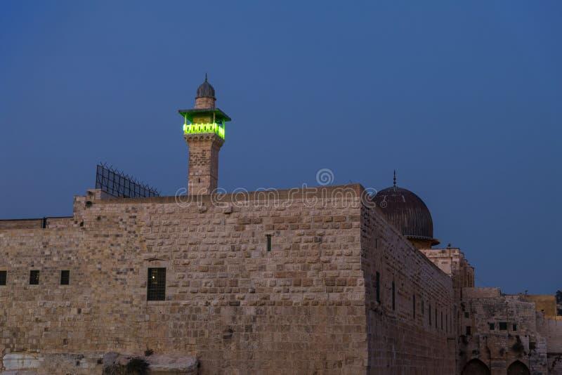 Aftonsikten av tempelmonteringen och El-Ghawanima står högt i den gamla staden av Jerusalem, Israel royaltyfri fotografi