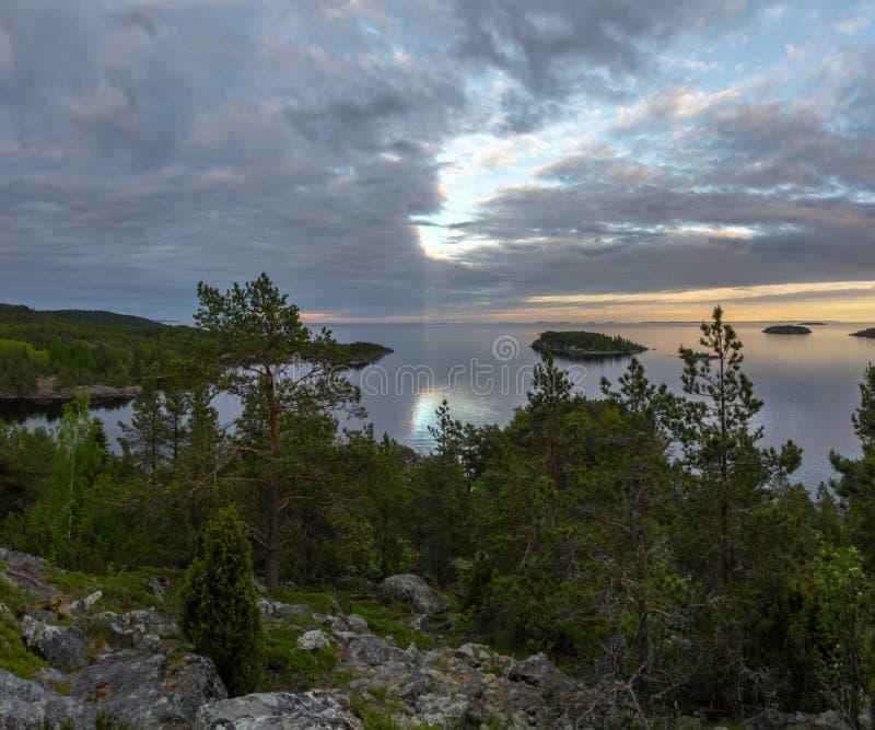 Aftonskymning på sjön av Ladoga arkivbilder