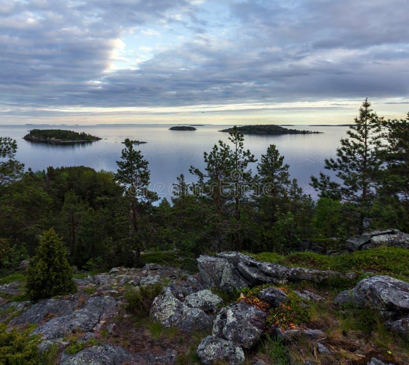 Aftonskymning på sjön av Ladoga royaltyfri foto