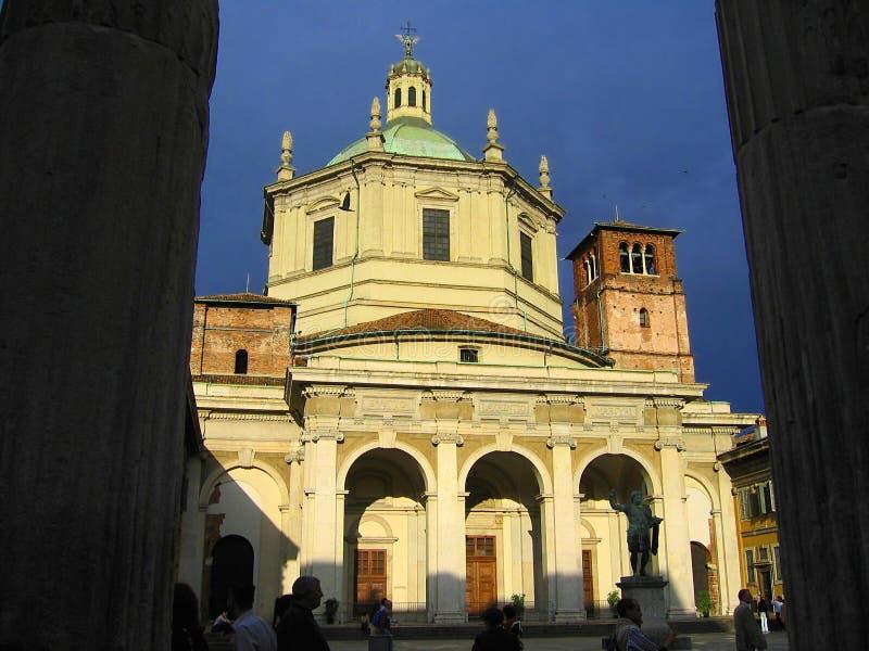 Aftonsol på den San Eustorgio kyrkan, Milan, Italien royaltyfria foton