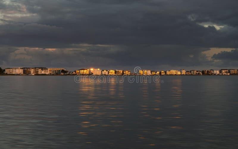 Aftonsolen reflekterar av miljonärens herrgårdar över den Poole hamnen royaltyfria foton