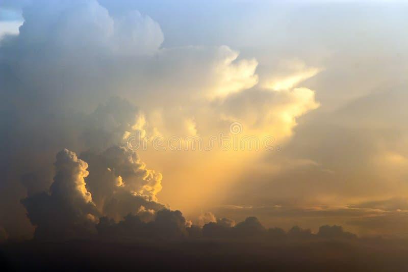 Aftonsolen skiner ner på molnet arkivbild
