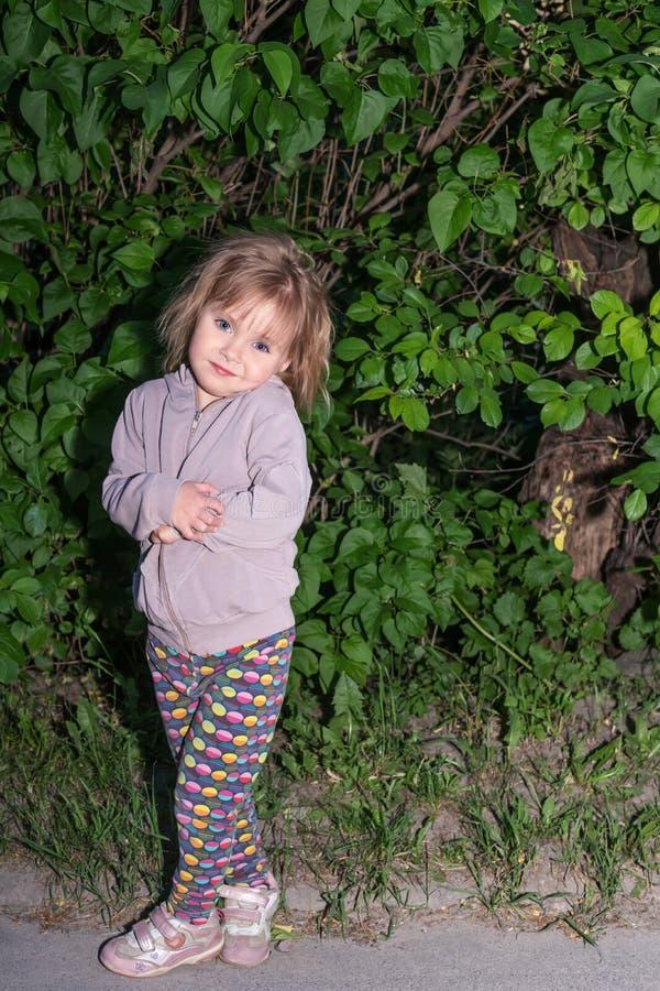 Aftonstående av barnflickan arkivbilder