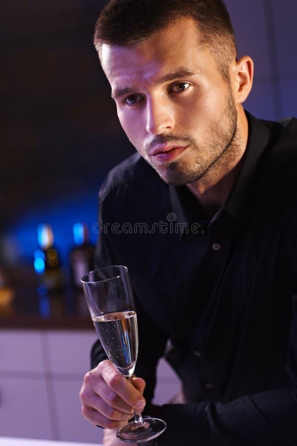 Aftonstående Av Barnmanen Med Champagneflöjten Royaltyfri Fotografi