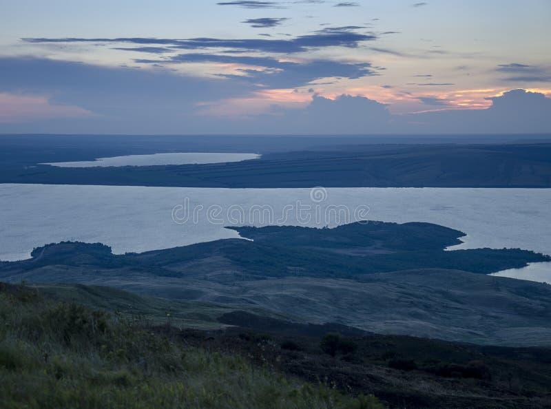 Aftontid från höjden av bergen ovanför sjön arkivfoto