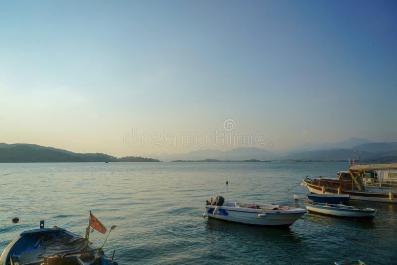 Aftontiden, då dagsljus försvann i Fethiye och fartygen på stranden royaltyfria foton