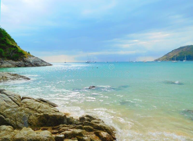 Aftontidvatten på stranden av Nai Yang i Thailand Den indiska nollan arkivfoto
