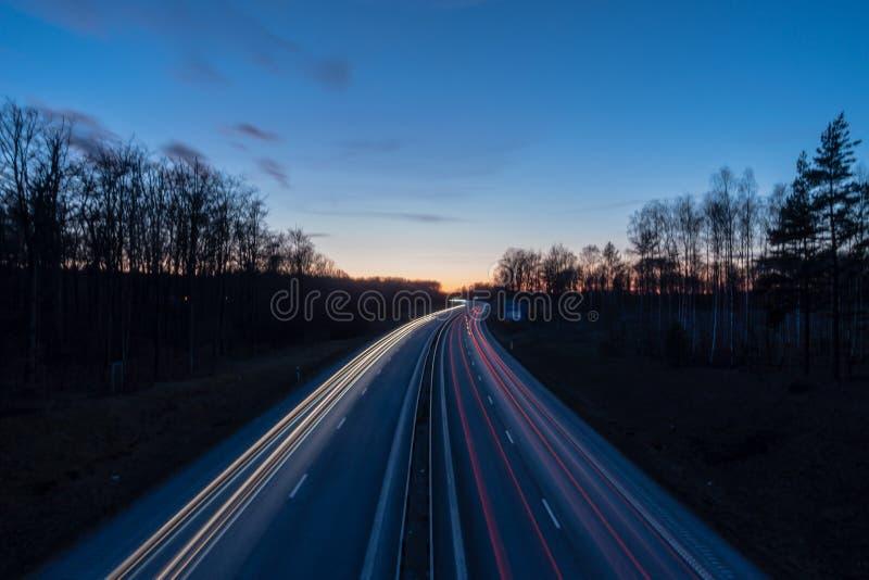 Aftontrafikljusslingor fotografering för bildbyråer
