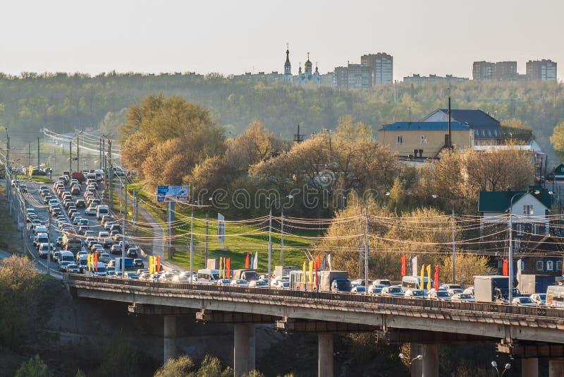 Aftontrafikstockning på den broSurgut staden av Cheboksary, Chuvashrepublik Ryssland April 30, 2016 royaltyfri foto