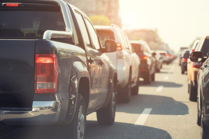 Aftontrafikstockning på den upptagna stadshuvudvägen Rader av bilstck på fruktdryckolycka för väg tack vare Plats för solnedgångm royaltyfri foto